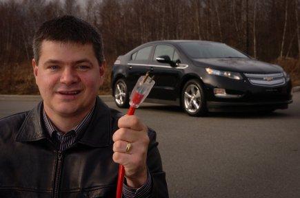Sylvain Juteau n'est pas peu fier de sa toute nouvelle acquisition, une des premières voitures électriques à circuler en Mauricie.