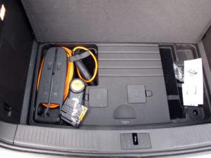 Emplacement du chargeur 120V inclu avec la Chevrolet Volt dans le sous-coffre