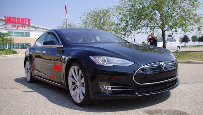 Quand je vous disais que la Tesla Modèle S est VRAIMENT performante (VIDEO)!!