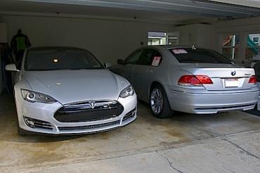 Un Américain reçoit sa TESLA MODÈLE S, puis met en vente sa BMW série 7!