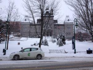La Leaf devant l'hotel de ville de Sherbrooke