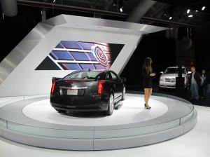 La Cadillac ELR jouissait également d'une belle visibilité au salon de l'auto. Une présentatrice appuyé par une présentation multimédia  vantait les qualités de la nouvelle voiture.