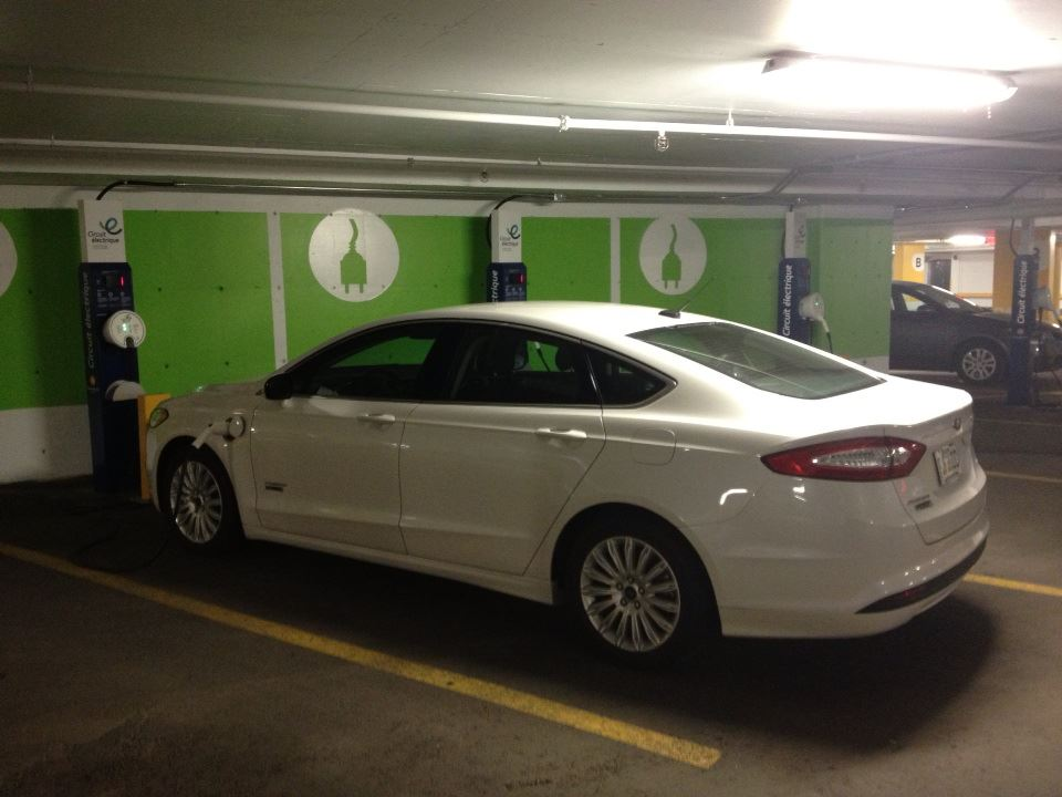 Des bornes du RéseauVer de AddÉnergie sont disponibles à la Place Ville-Marie. Avec un tarif de 7 $ le soir, c'est un prix raisonnable pour garer sa voiture au centre-ville.