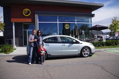 Stephan, Martine et William au Café Morgane de Trois-Rivières, lors du prêt d'une VOLT par Bourgeois Chevrolet