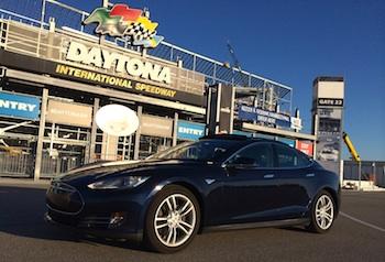 La Tesla S de Sylvain Juteau posant fièrement devant la mythique piste de course à Daytona.