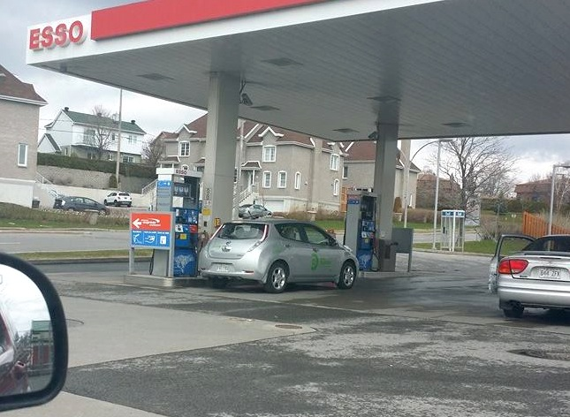 Le clin d'oeil VÉ du vendredi : une LEAF qui essaie de faire le plein d'essence!