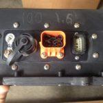 Vue des connecteurs à l'adaptateur de voiture