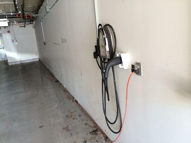 Même le garage pour les voitures prêtes à livrer a sa borne!
