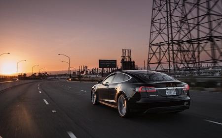 Tesla Motors avantagé par rapport à ses compétiteurs : résumé d'un article du Forbes