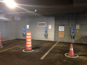 Les cônes empêchent les utilisateurs de VÉ de se stationner, à l'heure  actuelle