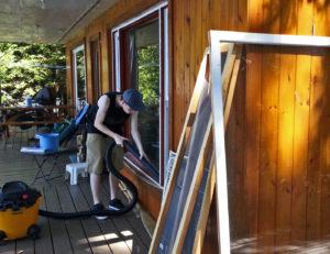 Inspirés par le voyage, nous entreprenons de nettoyer les fenêtres.
