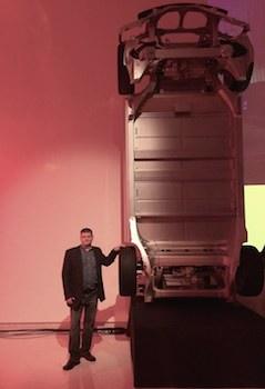 En pose avec le «squelette» d'une Model S avec les 2 moteurs!