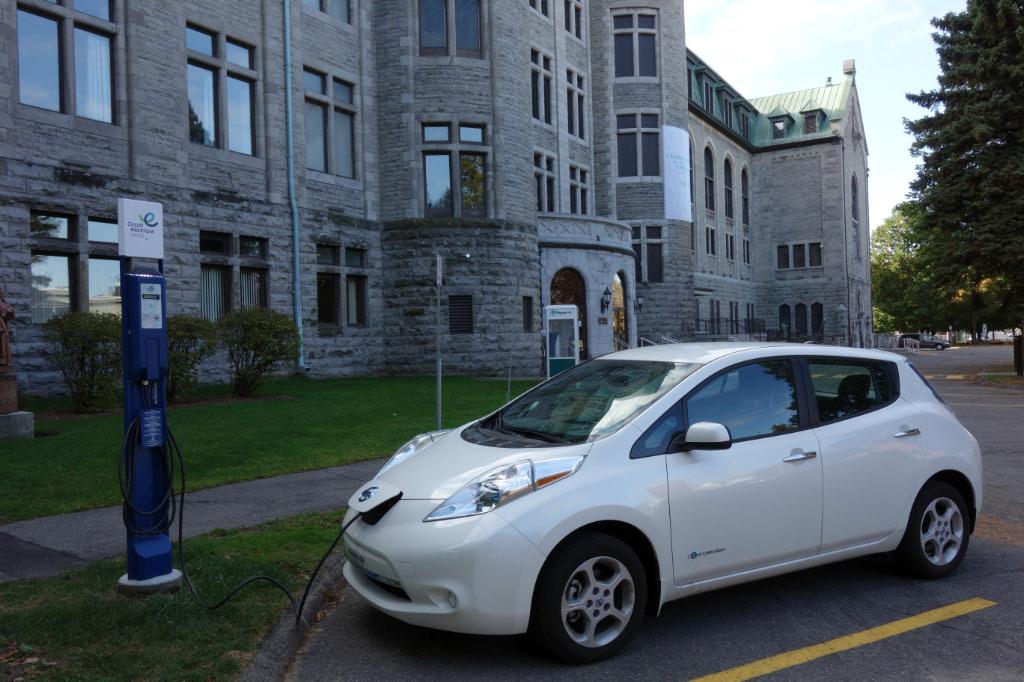 Notre Nissan LEAF 2013 SV à la borne du Collège de Valleyfield le 13 octobre dernier @Jean-Claude Cousineau