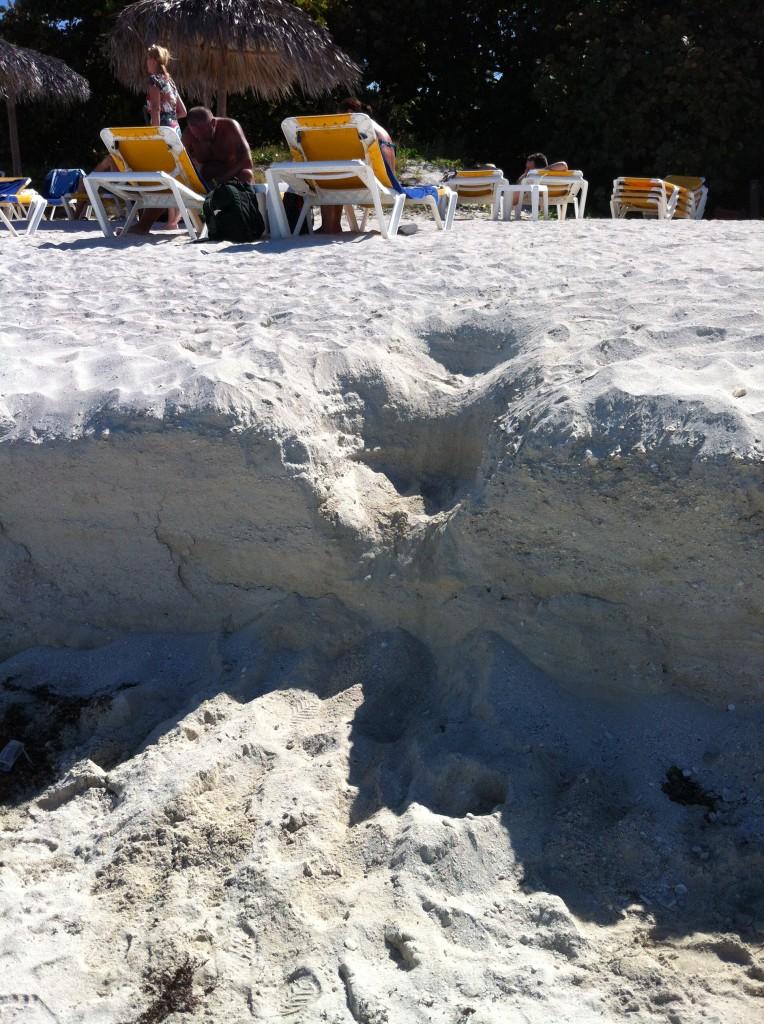 Marches creusées dans le sable pour descendre vers la mer.