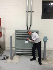 «Doc Borné» montre fièrement le transformeur de 500 kVA