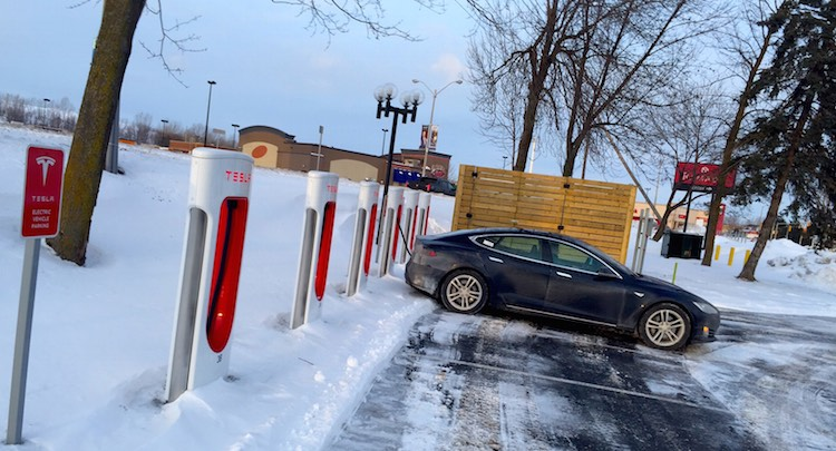 Photo: Recharge ultra-rapide au Supercharger de Cornwall. Actuellement en route pour le Salon de Detroit.