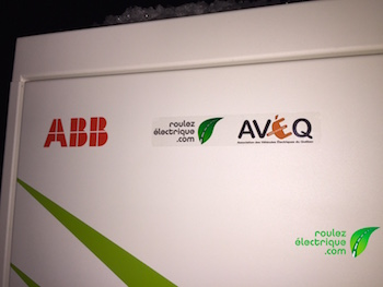 Réseau AZRA affiche fièrement les logos de Roulez Électrique et de l'AVEQ sur toutes ses bornes.  Un gros merci!