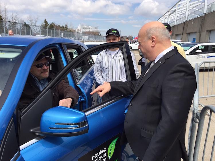 Le minitre Poëti qui discute avec le propriétaire de la Mercedes B200 électrique.