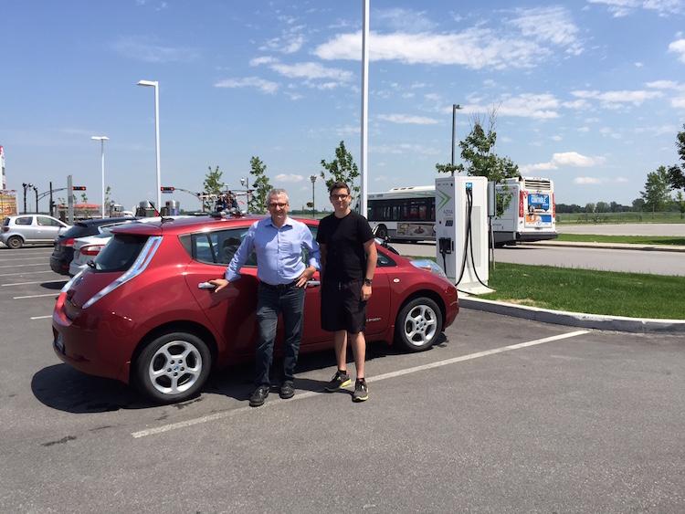 Michel Brassard et son fils posant fièrement devant leur Nissan Leaf!