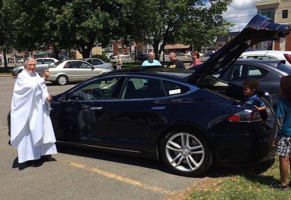 Père Casaubon lors d'une séance de bénédiction de voitures électriques!
