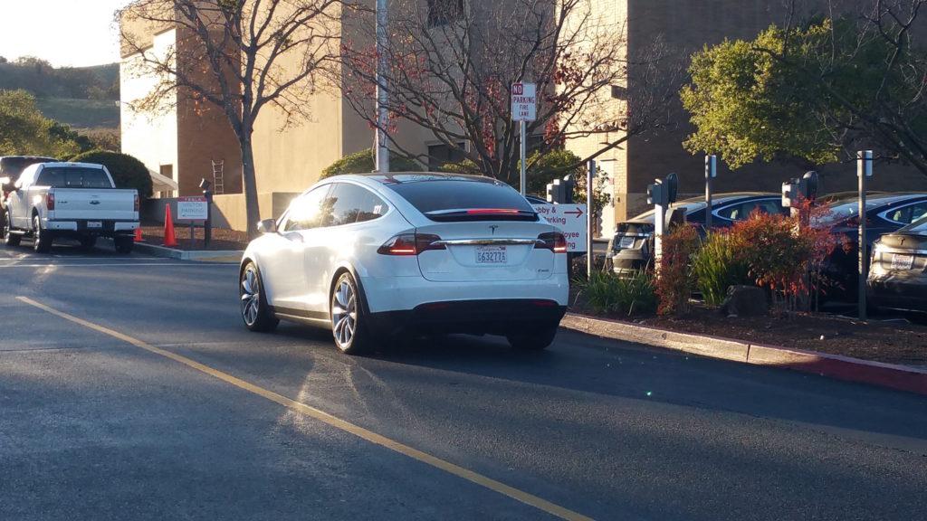 À l'extérieur de l'usine, combien de Model X pouvez-vous compter?