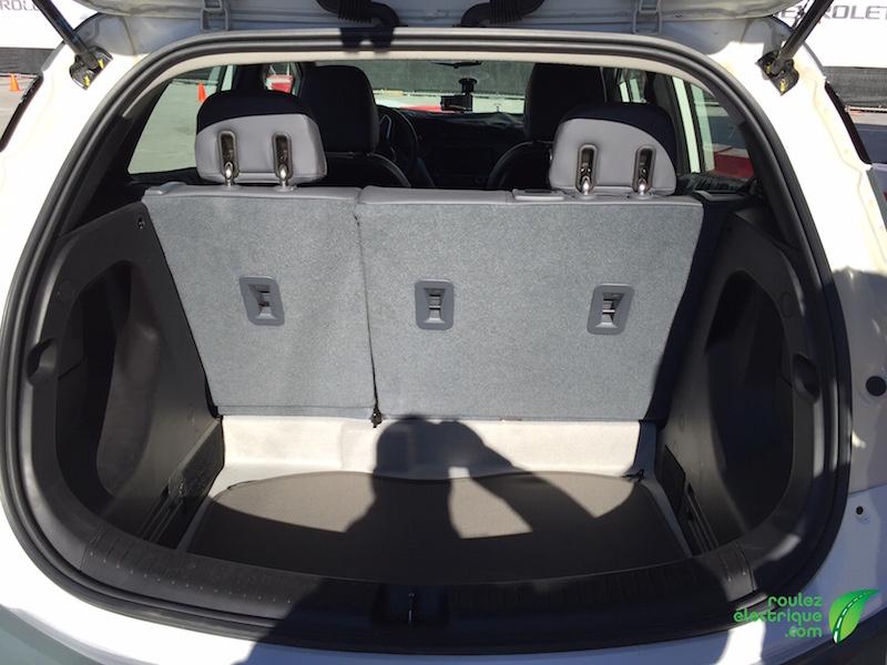 Le coffre de la BOLT est très spacieux, même avec les sièges arrières levés!