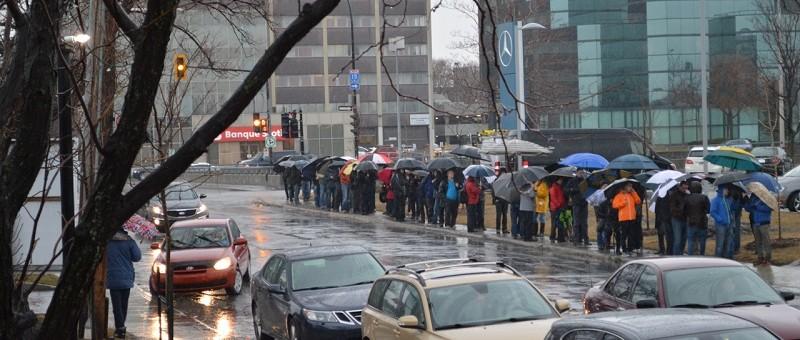 VIDÉO EXCLUSIVE! Tesla Montréal : la plus longue file d'attente en Amérique du Nord!