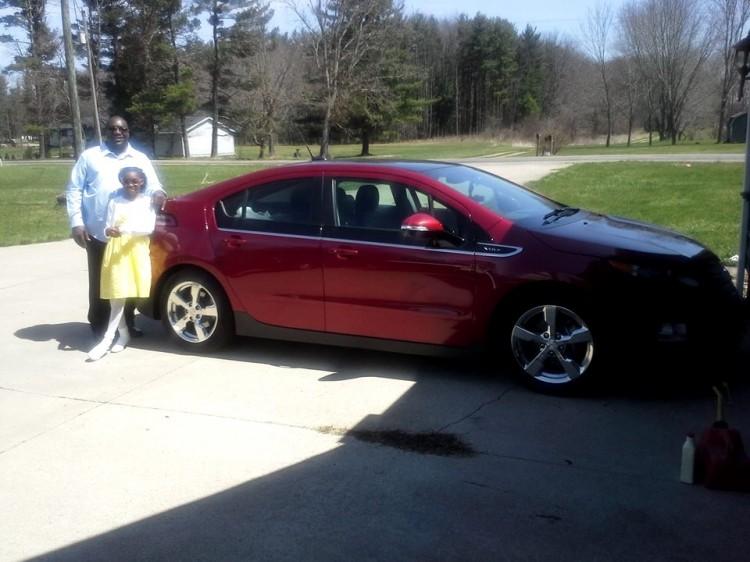 Erick Belmer avec sa Chevrolet Volt. Crédit photo : Erick Belmer