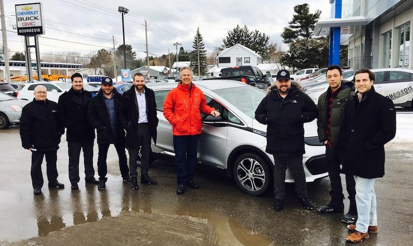 L'équipe des ventes de Bourgeois Chevrolet pose fièrement devant la BOLT!
