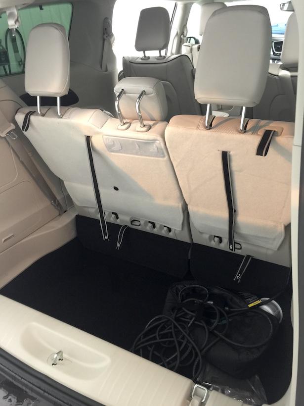 Le coffre arrière est vraiment très spacieux et profond.