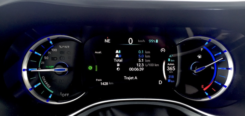 Quelle frustration de rouler sur le gaz durant les 5 premiers Kilomètres, malgré une batterie chargée à 99%! 12,3L/100 KM de moyenne! Il ne faisait que -3°C, que se passe t'il lorsqu'il fait -25°C? Le moteur fonctionne sans arrêt durant 10-15 kilomètres?