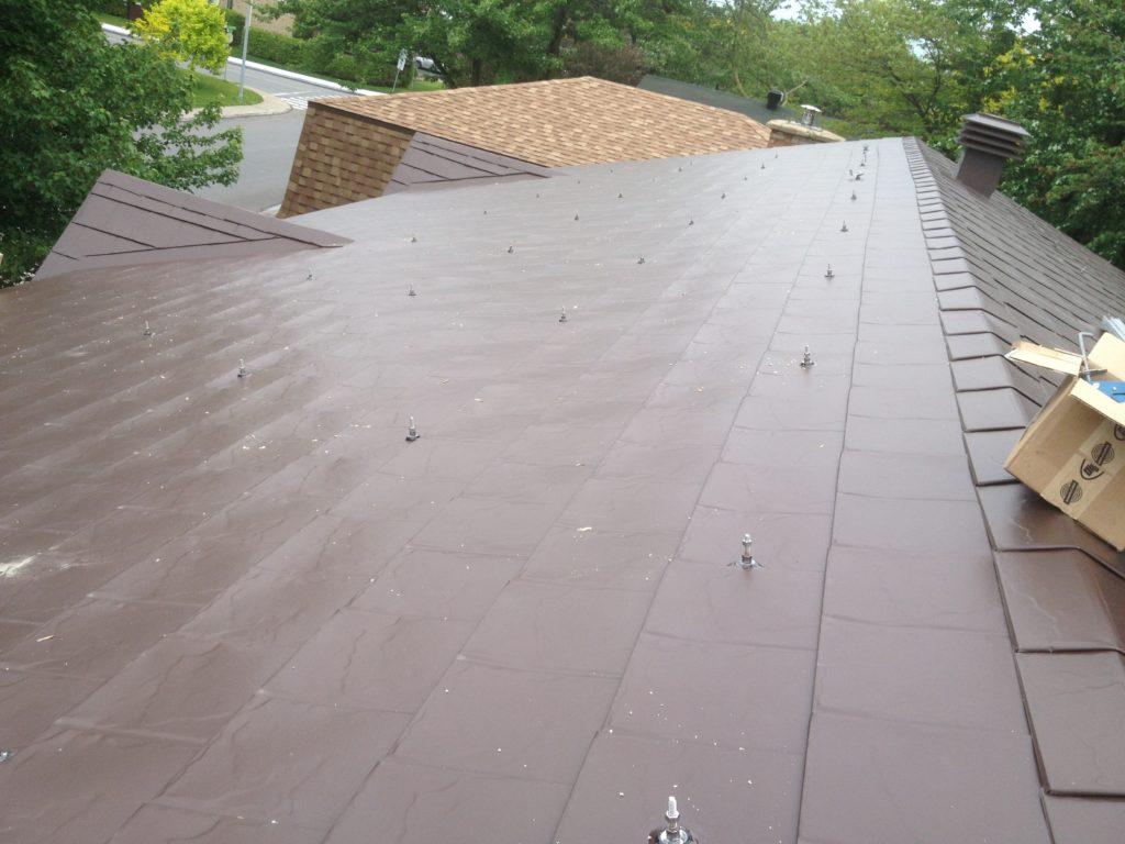 Points de supports vissés dans les fermes de toit