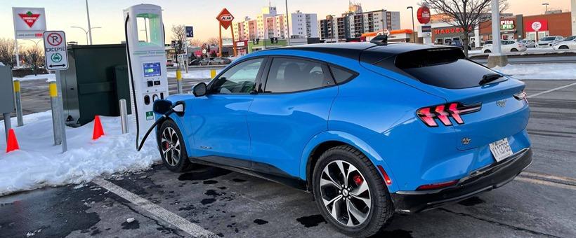 Ford Mustang Mach-E : test sur les bornes rapides d'Electrify Canada